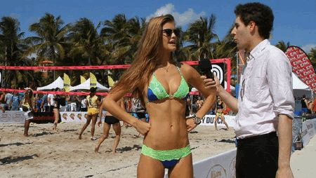 GIFs de beach-volley. Images animées de filles en bikini jouant au volleyball